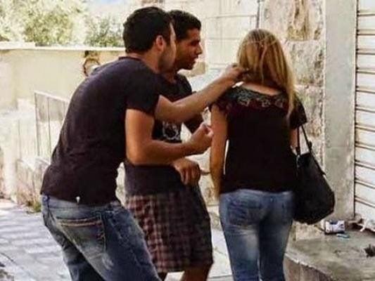 هذا ما فعلته فتاة بشاب تحرش بها أمام المارة في مصر!