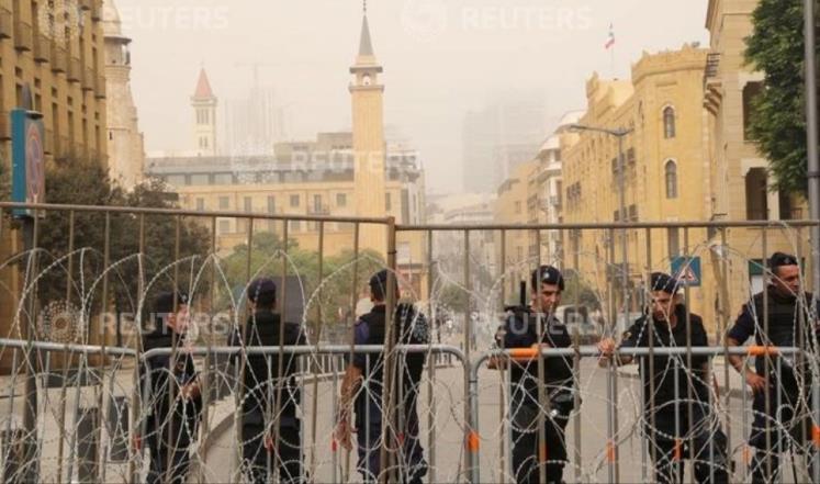 قوى الأمن اللبنانية تقطع شارعا يؤدي لمبنى البرلمان وسط بيروت في وقت سابق (رويترز)