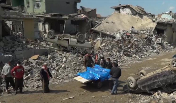 جثث جرى انتشالها من حي الموصل الجديدة الذي شهد مجزرة قتل فيها مئات المدنيين (الجزيرة)