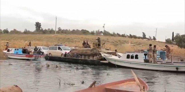 عناصر كردية تعبر نهر الفرات