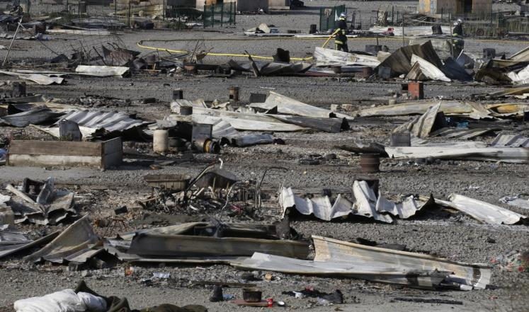 """مخيم """"غراند سانت"""" (شمال فرنسا) بعد أن سوّاه الحريق بالأرض (رويترز)"""
