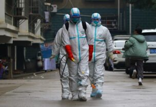 فرق قطاع الصحة الصيني تحاول السيطرة على فيروس كورونا بمدينة روينتشانغ الصين (رويترز)