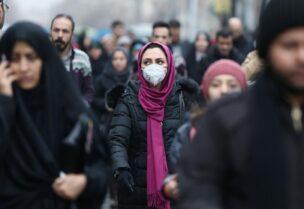 نساء ايرانيات في احدى المدن الإيرانية يقعون الأقنعة للوقاية من فيروس كورونا