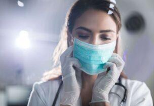 طبيبة تضع قناع وقفازات للوقاية من فيروس كورونا