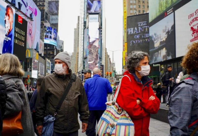 سكان نيويورك يرتدون الكمامات