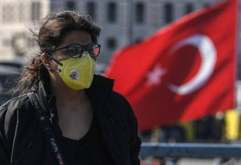 سيدة تركية ترتدي كمامة