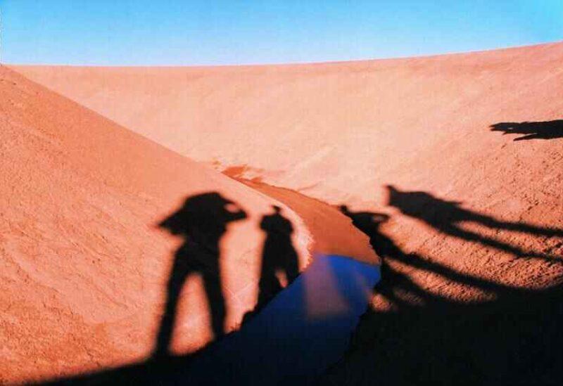 """فريق """"D.A.ST. Arteam"""" وهم يصورون ظلالهم في موقع """"نَفَس الصحراء"""" (Desert Breath) في مصر"""