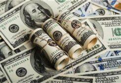 الدولار يحافظ على ارتفاعه منذ بداية الأسبوع