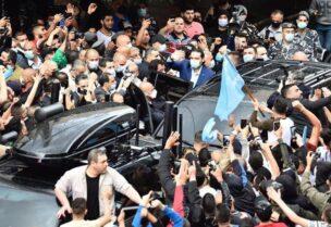سعد الحريري أمام جامع الإمام علي رضي الله عنه في الطريق الجديدة بين عدد من مناصرين