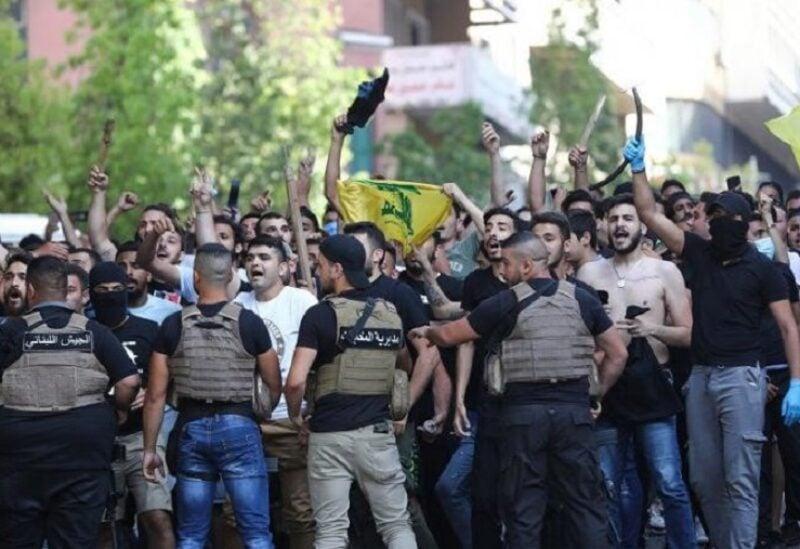 عناصر من مليشيا حزب الله تحاول الاعتداء على الثوار