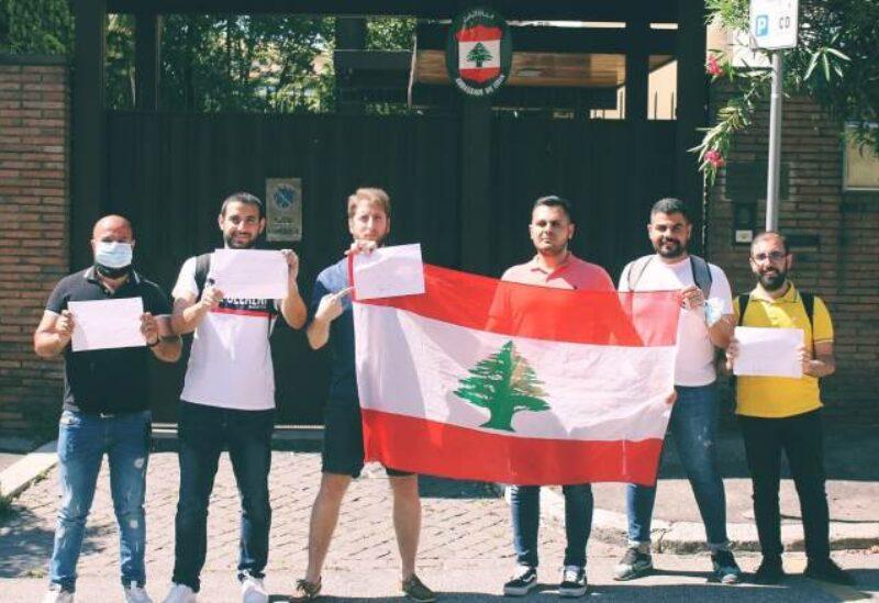 أمام السفارة اللبنانية في روما