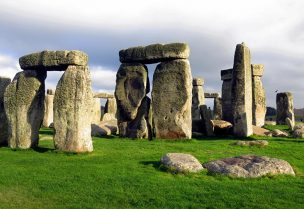 صخور ستونهنج الشهيرة في انجلترا
