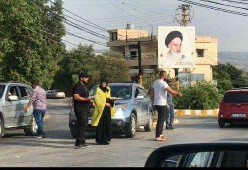 عناصر حزب الله يوزعون الحلوى!