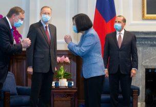 رئيسة تايوان خلال استقبالها وزير الصحة الأميركي