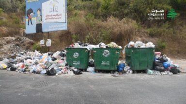 النفايات تجتاح الطرق في اقليم الخروب