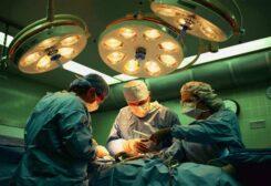 طبيب أثناء عملية جراحية- أرشيفية