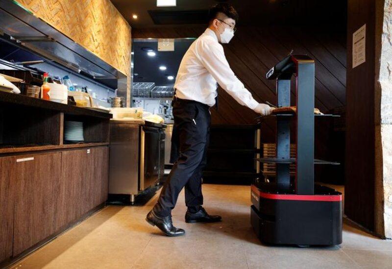 روبوت يخدم الزبائن في مطعم بكوريا الجنوبية