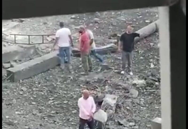 عناصر من حزب الله يطوقون مكان الانفجار