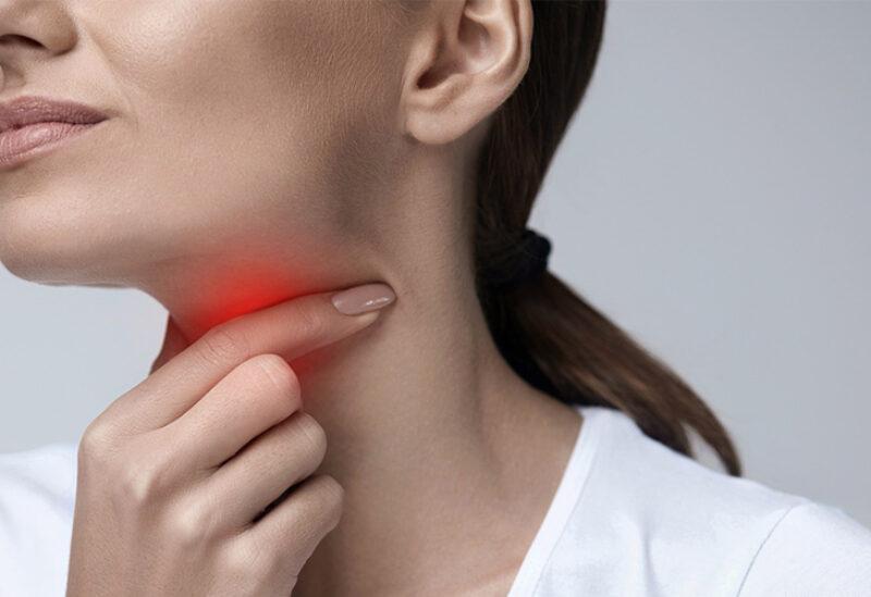 التهاب الحلق أحد أعراض كورونا