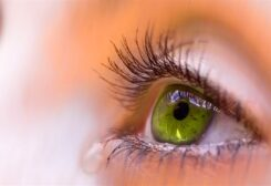 الاستخدام الخاطئ للعدسات اللاصقة تسبب مشكلة العيون الدامعة