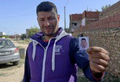 ياسين عيساوي يحمل صورة شقيقه منفذ هجوم نيس