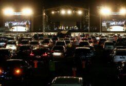حفلة موسيقية والحضور داخل سياراتهم