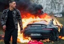 روسي يحرق سيارة مرسيدس بقيمة 170 ألف دولار