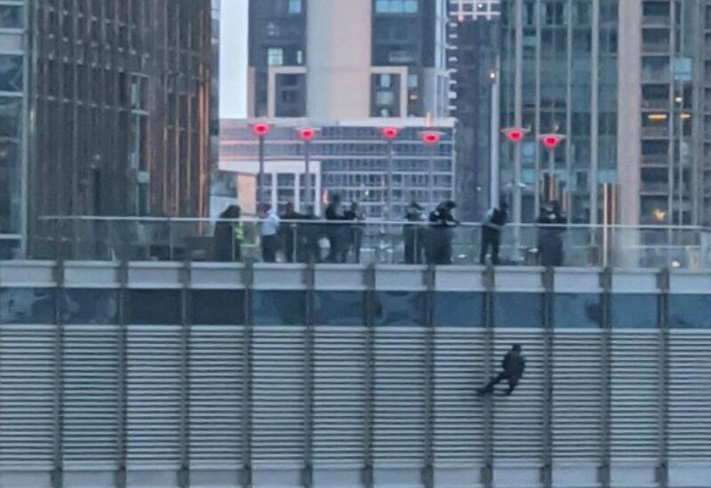 شخص متدليا بحبل من فوق برج ترامب