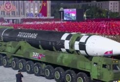 كوريا الشمالية تنظم عرض عسكري
