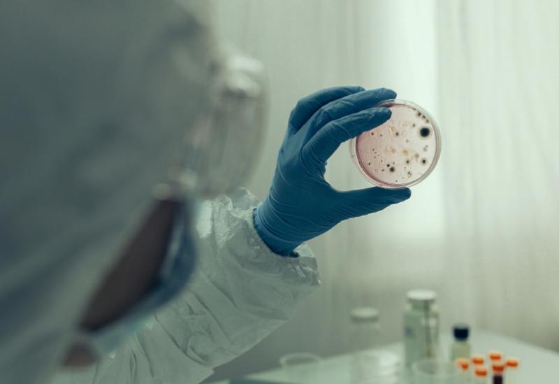 العلماء يحددون بروتين يسهل عمل SARS-CoV-2