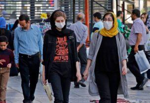 إيرانيات يرتدين الكمامة