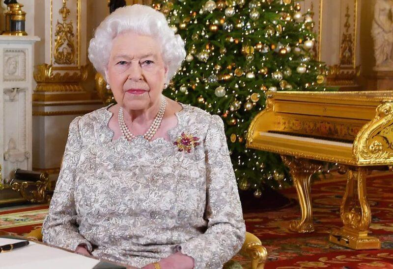 الملكة إليزابيث ويظهر البيانو الذهبي خلفها