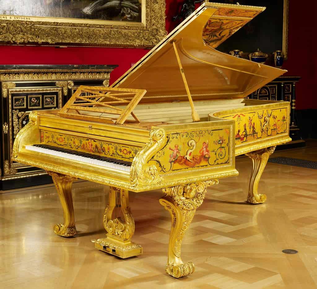 يوجد هذا البيانو الذهبي من عام 1856 في قصر باكنغهام.