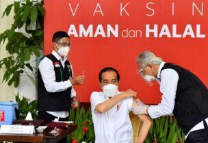 الرئيس الإندونيسي جوكو ويدودو أثناء تلقيه لقاح كورونا