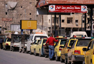 طوابير السيارت السورية تنتظر دورها للحصول على البنزين
